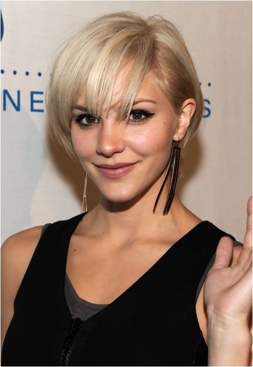 katharine mcphee cute layered short blonde bob hairstyle with bangs