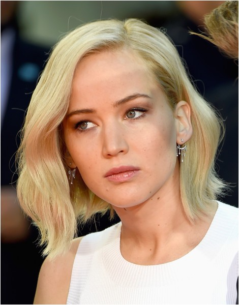 jennifer lawrence goes trendy with new platinum bob haircut