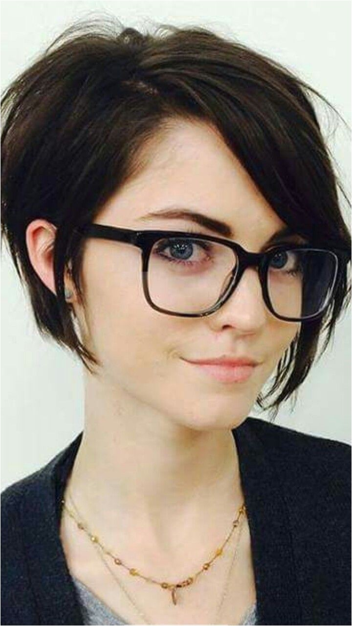 Super dark hair pale skin natural face Definitely my style Just wish hair would allow a deep part then I would totally have this cut