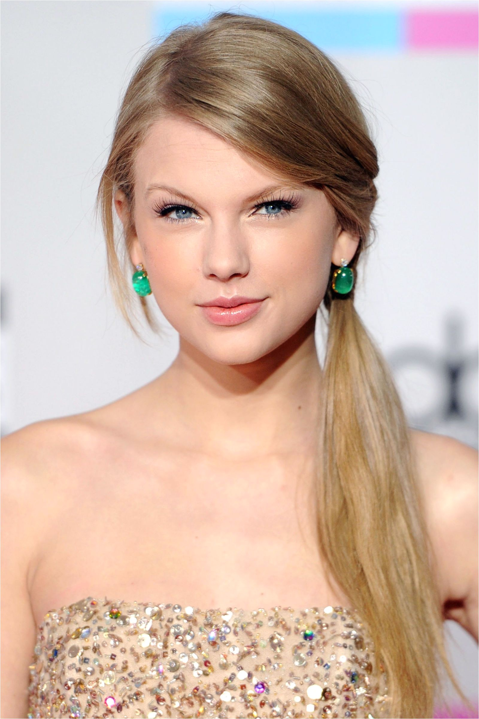 Swift goes sleek with a side pony and natural makeup at the American Music Awards HarpersBAZAAR