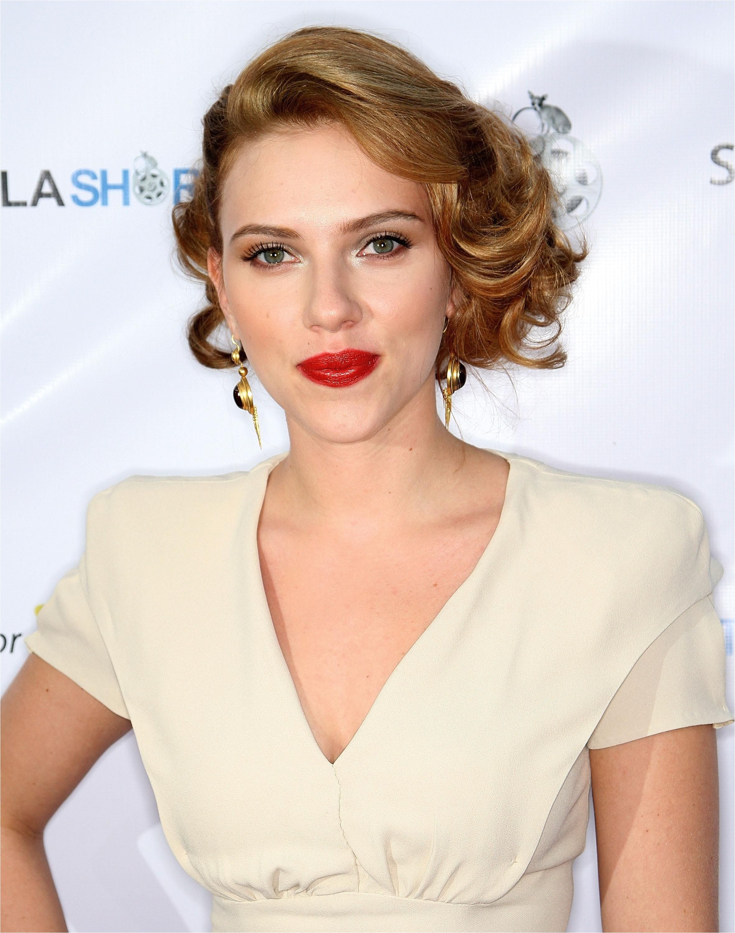 23 most iconic Scarlett Johansson hair and makeup moments deep side parted curly hair So classy Would be a great short hairstyle for a wedding