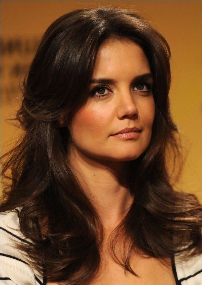 katie holmes layered long wavy hairstyle hot moms haircut nice looking haircuts confidence