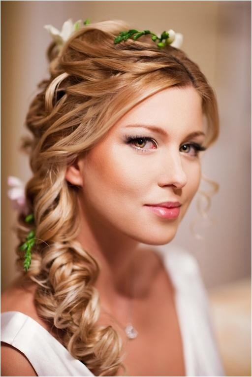 chic photos of wedding hairstyles to the side with flowers