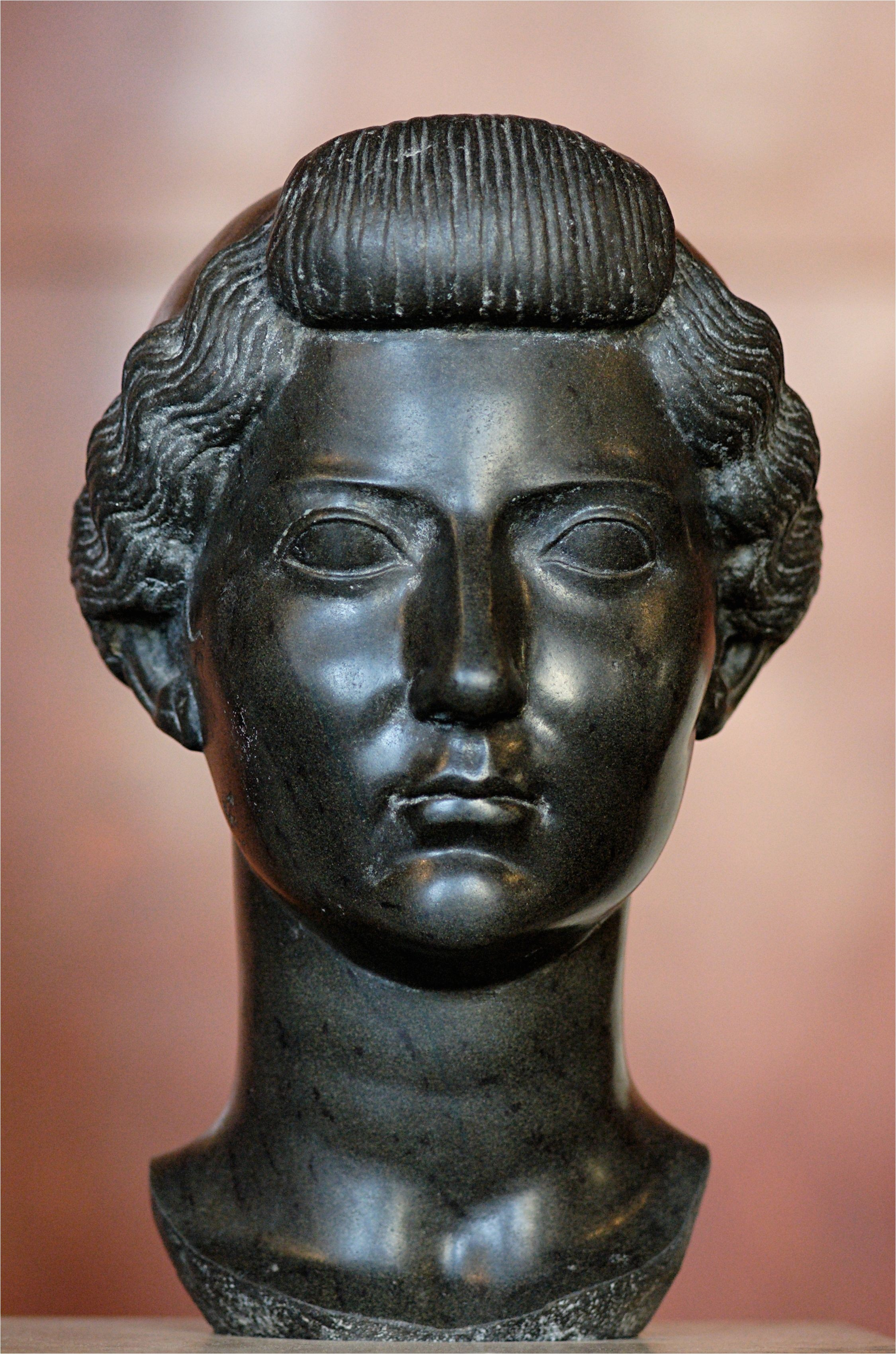 During Augustus s reign the popular hairstyle among patrician women was to partition the hair in three ways The back of the hair was tied in a bun