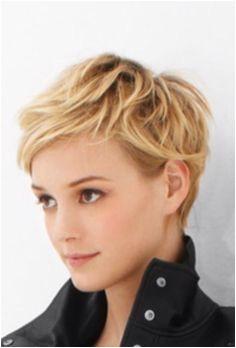 Eine wunderschöne Wahl an berühmten Pixie Frisuren Short Blonde Pixie Blonde Pixie Haircut