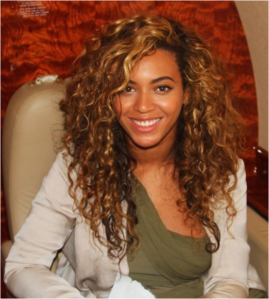 love the highlights Beyonce Curly Hair Beyonce Hairstyles Beyonce Hair Color Beyonce Blonde