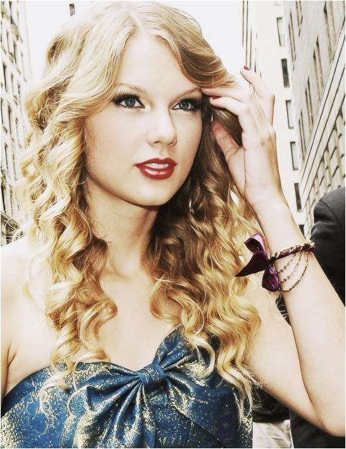 tay swift curly hair
