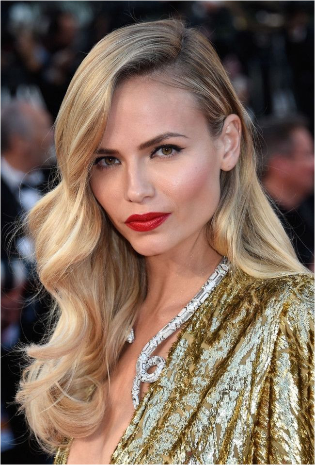 Glamorous hairstyles for your wedding Love this side swept waves for a simple and casual wedding day look