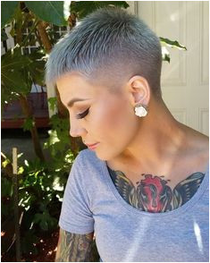 Super Kurze Haarschnitt for Captivating La s This super short haircut is a modern and unique look for la s who are so captivating and outgoing and