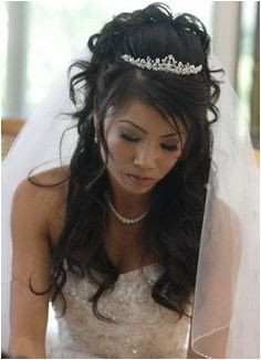 Wavy half up hairstyle with tiara and veil so should the veil be unattached