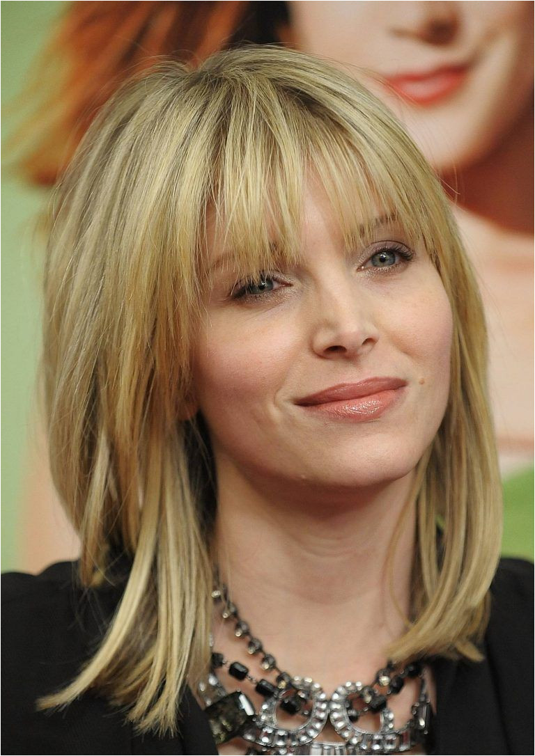 Medium Length Hairstyle to Hide Double Chin on Women
