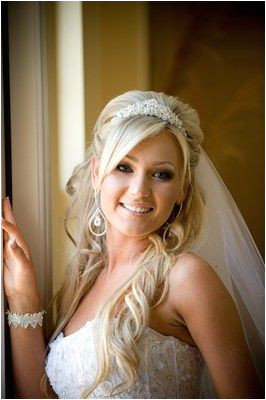 Bride with wavy hair and tiara