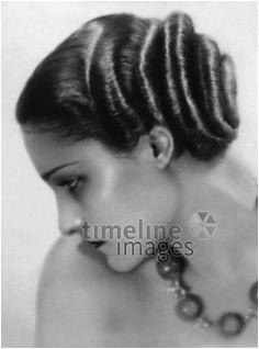 Modell mit eine Fisur vom Coiffeur Agostini ullstein bild ullstein bild Timeline 1920 20er 1920er 20s 1920s Haircut Hairstyle Haarschnitt