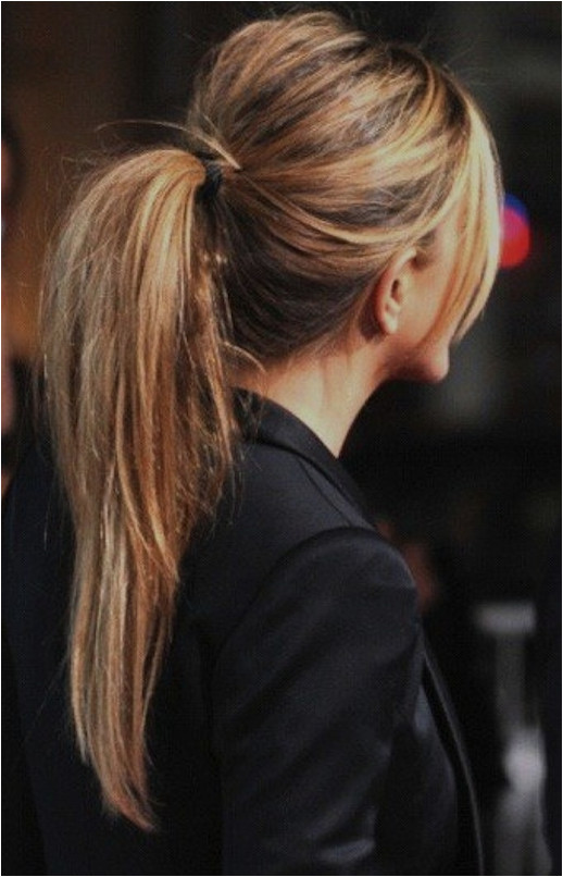 LE FASHION BLOG BEAUTY HAIR POST HIGH MESSY PONYTAIL WITH BUMP HIGHLIGHTS JEN ANISTON JENNIFER ANISTON HES JUST NOT THAT INTO YOU MOVIE PREM