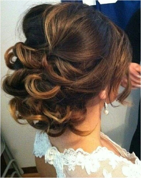 Low curly bun Pretty Hairstyles Quince Hairstyles Side Up Hairstyles Simple Bride Hairstyles