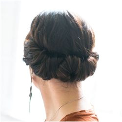 You only need 2 minutes to this romantic hairdo done